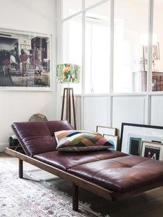 chaise lounge de couro na casa de Morgane Sézalory, fundador da boutique de moda de Sézane. Leather Daybed, Leather Chaise Lounge Chair, Chez Lounge, Daybed Design, Mid-century Modern, Interior And Exterior, Interior Design, Living Spaces, Living Room