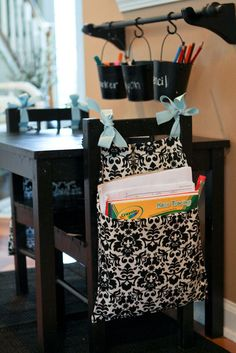O cuelga costales en la parte posterior de sus sillas de tareas.   40 Trucos inteligentes para tener organizados a tus niños