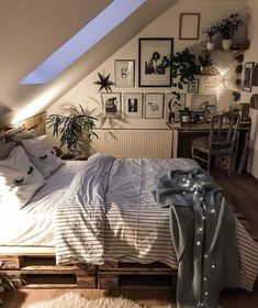 room inspiration Choosing Attic Design Is Simple Bedroom Decorations For Kids Gone are the days Bedroom Inspirations, Home Bedroom, Bedroom Design, Cozy House, Dream Rooms, Bedroom Decor, Attic Design, Home Decor, Small Bedroom