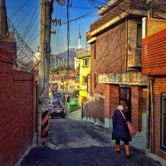 sarafa / #20131220 #iphone5s #seoul #tower #snapseed #kyoungridan #photowalking #car #woman #street #yongsan #itaewon #서울 #타워 #주택가 #이태원 #골목 #여성 #경리단길 #경리단#뒷골목 #녹사평 #회나무길 #ソウル / #골목길 / 서울 용산 이태원 / 2013 12 20 /
