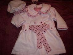 Casaco rosa bebê, forrado em bembair rosa, detalhes da gola e laços em tecido de algodão, botões cobertos do mesmo tecido de algodão, detalhe de prega nas costas.Acompanha boina em soft.