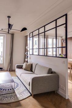 Un canapé gris se fait discret dans le salon