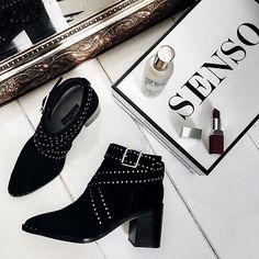 Le parfait #ootd du soir ? Une robe légère, une bouche carmin et ces boots @senso, comme @milkywaysblueyes :heart_eyes:  :mag_right: A shopper via le lien dans notre bio  :flag_gb: Tonight's #ootd ? Light dress, red lips ans these boots  :mag_right: Shop via the link in our bio  Ref : Senso - Haig II  #regram @milkywaysblueyes #Sarenza #statementshoes #SeriousAboutShoes #senso #milkywaysblueyes #flatlay #flatlays #flatlayapp www.flat-lay.com