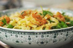 Niet te moeilijk, maar des te smakelijk: dit gerechtje is perfect voor een warme maandagavond waarop je betere dingen te doen hebt dan lang achter het fornuis staan. Met een zak scampi, rijpe tomaten, een pak tagliatelle en groene kruiden tover je in een mum van tijd een zomerse pastamaaltijd op de tafel. Bepaal zelf welke kruiden je er het liefst in doet en of je het sausje al dan niet pikant maakt. Zo wordt het een schotel à la tête du client.