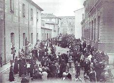 Inusual estampa de la calle Cid de León durante una procesión a principios del siglo XX. / Ángel Rodríguez Sánchez