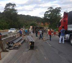 #News  Tombamento de carreta deixa trânsito congestionado na BR-040 em Barbacena