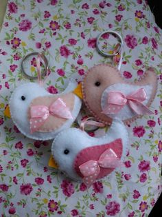 Chaveiro de passarinho - Mesclado Felt Crafts Diy, Felt Diy, Easter Crafts, Sewing Crafts, Sewing Projects, Hobbies And Crafts, Crafts For Kids, Arts And Crafts, Felt Keychain