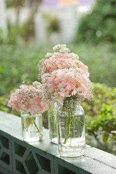 in 6 Wochen blühen bei uns die riesigen Hortensienbüsche. Da können wir uns für die Tischdeko gnadenlos bedienen! Ihr müsst nur alle beim Heimgehen dran denken, welche mitzunehmen - denn wir fahren ja am Montag in den Urlaub, und das wär ja schade um die Blumen ... Hier wäre es toll, einfache Gläser zu haben (Weckgläser zum Beispiel!)