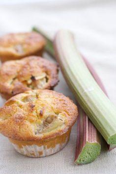 Vorab für die Rhabarber-Vanille-Muffins den Rhabarber gründlich waschen, schälen und in zarte Stücke schneiden. Die Rharbarberstücke in eine Schale geben und in Zucker marinieren.
