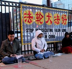 "Chicago Falun Gong practitioners hold a candlelight vigil in front of the Chinese Consulate to commemorate the April 25 appeal   '芝加哥法轮功学员中领馆前烛光守夜,纪念""四•二五"",抗议中共迫害'"