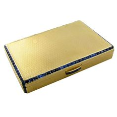Gold box from the 1930s by Van Cleef and Arpels. Initially, the invisible setting technique was only suitable for flat surfaces.