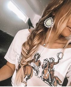 inspiration Oo hey girl hey sagewoolsey in our wild horses tee isnt it cute how she cut the neck line We do not sell the earrings Cowgirl Style Outfits, Country Style Outfits, Southern Outfits, Western Outfits, Western Wear, Cute Outfits, Western Chic, Bohemian Mode, Boho Chic