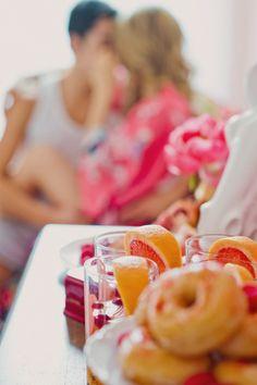 Casal tomando café da manhã na cama - ótima forma de começar o dia dos namorados!