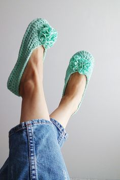 Тапочки для дома из трикотажной пряжи Beginner Crochet Tutorial, Crochet For Beginners, Crochet For Kids, Easy Crochet, Knit Crochet, Baby Girl Sandals, Girls Sandals, Crochet Boots, Crochet Purses