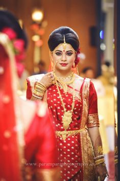 Parampara Photography provides the best photography services for birthday, pre/post wedding shoot, baby shoot, wedding videography, and anniversary shoot. Indian Wedding Poses, Indian Bridal Photos, Bengali Wedding, Bengali Bride, Indian Wedding Photography Poses, Indian Bridal Outfits, Indian Bridal Wear, Wedding Sarees, Bengali Bridal Makeup