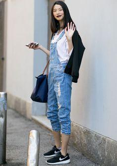 look-basico-jardineira-jeans-camisa-branca-tenis-nike