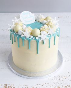 Winter Wonderland Snowflake Drip Cake with snowballs, lindt balls, blue drip and snowflakes Christmas Cake Designs, Christmas Cake Decorations, Christmas Cupcakes, Holiday Cakes, Christmas Desserts, Christmas Treats, Christmas Baking, Christmas Decor, Cricket Cake
