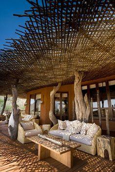 Terraza en blanco y madera hermoso lounge natural