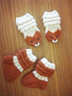 Kettulapaset ja sukat junavarrella noin 3 kk vanhalle vauvalle vauvan villasukat pitkät varret Baby Hats Knitting, Knitting Charts, Baby Knitting Patterns, Knitting Socks, Knitted Mittens Pattern, Knit Mittens, Knitting Projects, Crochet Projects, Crochet Baby