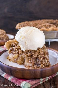 Apple Crisp Pie - this awesome apple dessert is best served warm with ice cream! Make this easy homemade pie and watch it get devoured! Apple Desserts, Summer Desserts, Apple Crisp Pie, Homemade Pie, Cookie Exchange, Winter Food, Food Lists, Fall Recipes, Ice Cream