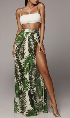 Saia longa com estampa floral e fenda lateral. Casual Outfits, Summer Outfits, Fashion Outfits, Fashion Trends, Dress Casual, Pool Party Outfits, Holiday Outfits Women, Long Skirt Outfits, Petite Fashion