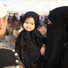"""Rasûlullah (s.a.v.) şöyle buyurdu: """" Müminlerin iman bakımından en olgunu, ahlakça en güzel olanıdır.Sizin en hayırlınız kadınlarına karşı en iyi olandır. Tirmizî #hadis Couple Goals Teenagers Pictures, Cute Kids Photos, Cute Baby Girl Pictures, Cute Muslim Couples, Muslim Girls, Cute Couples, Muslim Family, Muslim Couple Photography, Cute Kids Photography"""