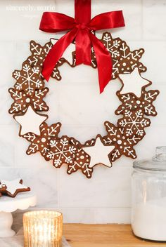 Christmas Gingerbread Cookie Wreath - Sincerely, Marie Designs This Christmas gingerbread cookie wreath is easy and so much fun to make. Gather the family in the kitchen and have fun baking up this yummy holiday treat! Gingerbread Christmas Decor, Gingerbread Decorations, Country Christmas Decorations, Christmas Themes, Gingerbread Cookies, Christmas Cookies, Gingerbread Houses, Christmas Kitchen, Christmas Love