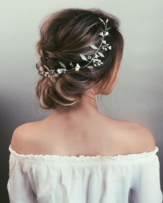 Fabulous Hairstyles for Every Wedding Dress Neckline. Whether you're a summer ,winter bride or a destination bride.hairstyles to match dress neckline,best hairstyle to wear with strapless dress,hairstyles for sweetheart neckline dresses, bride hair down Wedding Hair Flowers, Wedding Hair And Makeup, Flowers In Hair, Dress Wedding, Wedding Bun, Hair Pieces For Wedding, Short Hair Wedding Updo, Hair Accesories Wedding, Prom Updo