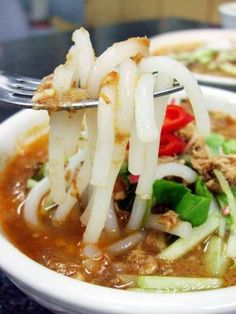 Penang Laksa Recipe (serves For garnishing: Pineapple (cut into strips) Cucumber (shredded) Lettuce (shredded) Onion (sliced finely) Red chilly (Sliced) 1 tbsp black shrimp paste mixed with a li… Malaysian Cuisine, Malaysian Food, Malaysian Recipes, Asian Recipes, Healthy Recipes, Ethnic Recipes, Asian Desserts, Yummy Recipes, Healthy Food