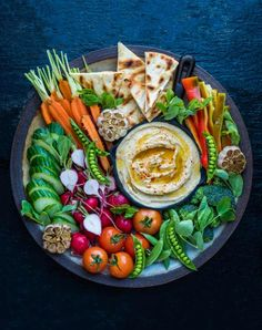 39 Garlic Hummus Recipes on the Net – VOTE for your favorite! -Best 39 Garlic Hummus Recipes on the Net – VOTE for your favorite! - How to Build A Cheese Plate- How to make an epic snack tray Bagel and Lox Platter Veggie Platters, Veggie Tray, Super Bowl Essen, Roasted Garlic Hummus, Super Bowl Party, Snacks Für Party, Party Party, Party Appetizers, Hummus Recipe
