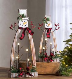 me ~ Plow & Hearth 2 Piece Tabletop Lighted Wooden Snowmen Set Diy Christmas Decorations, Christmas Wood Crafts, Tabletop Christmas Tree, Handmade Decorations, Rustic Christmas, Handmade Christmas, Tree Decorations, Holiday Crafts, Christmas Wreaths