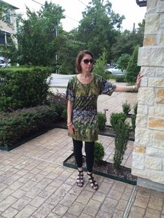 A great leggings and tunics look. Perfect summer-into-fall outfit for Houston. Note the wedge sandals - you can wear this dress year-round, depending on the footwear. Love!