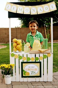 DIY Tutorial: Lemonade Stand from Crates - great and simple tutorial. I can& believe how easy it is to make this. Projects For Kids, Diy For Kids, Crafts For Kids, Diy Projects, Diy Crafts, Pallet Crafts, Pallet Projects, Limonade Rose, Kids Lemonade Stands