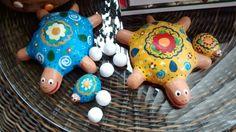 Tartarugas com filhotinhos e ovos. Em cerâmica.