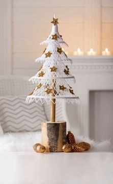 Unusual Christmas Trees, Pretty Christmas Trees, Outdoor Christmas Decorations, Crochet Christmas Ornaments, Christmas Crochet Patterns, Christmas Crafts, White And Gold Decor, Handmade Soft Toys, Boyfriend Crafts