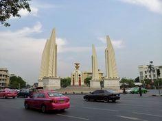 Democracy Monument Bangkok on http://www.livingincmajor.com/democracy-monument-bangkok-how-to-get-to-democracy-monument