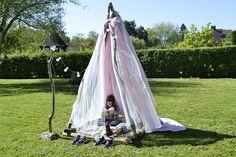 Faire une cabane façon tipi dans un esprit récup' avec l'aide des enfants #cabane #tipi #décoration #enfants #kids Facon, Outdoor Furniture, Outdoor Decor, Decoration, Hanging Chair, Crafts For Kids, Activities, Magazine, Cabin