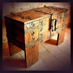 meubles médiévaux, cathèdres, thrônes, coffres, lectrins, assises, dantesques