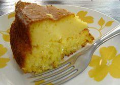BOLO DE PAMONHA 1 lata de leite condensado ½ xíc de leite 5 espigas de milho debulhadas 5 colheres sopa de margarina 3 ovos 1 colher sopa de fermento em pó Bata todos os ingredientes no liquidificador, menos o fermento. Passe para uma travessa e misture delicadamente 1 colher (sopa) de fermento em pó. Asse em forno médio preaquecido, em forma de buraco , untada e enfarinhada, por aprox. 40 minutos ou até dourar
