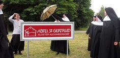 Vor dem Klostertor der Abtei St. Gertrud in Alexanderdorf