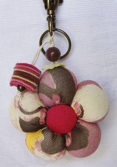 Chaveiro confeccionado em malha, com recheio de plumante; super leve, ótimo para chave de carro e como enfeite de bolsa. R$ 12,00