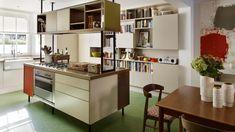 Die Londoner Designerin Orla Kiely liebt den Stil der 50er- und 60er-Jahre. Zu Hause umgibt sie sich mit ihren Entwürfen im Retro-Look. Der Clou: Auf eine klassische Raumaufteilung verzichtet sie.