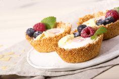 Ovesné vločky smíchejte s kokosem a třtinovým cukrem. K sypké směsi přidejte rozpuštěné máslo s medem a důkladně promíchejte. Naplňte formu na... Healthy Cake, Healthy Dessert Recipes, Healthy Baking, Desserts, A Food, Good Food, Food And Drink, Gluten Free Cakes, Pastry Cake