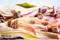 Il radicchio di Treviso marinato con uvetta e pinoli è un delizioso contorno (o antipasto), veloce da preparare, che ben si presta ad accompagnare salumi o