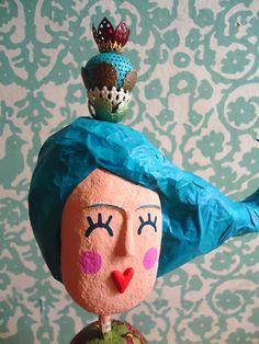 """Lulu é uma boneca feita por mim, em Papel Maché! Uma rainha de cabelo esvoaçante.  Já participou de uma cena do livro de Márcio Vassallo que ilustrei, chamado """"De filho para pai"""" e agora está aí, esperando um novo lar! Saiu do forno agora, por isso está com desconto de 50% !!! Aproveiteeeeemmm!!!! É por pouco tempo! R$ 700,00"""