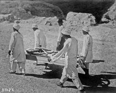 1923 - Découverte (du) tombeau (du) pharaon Tutankhamen (i.e. Toutankhamon), roues de chariot enlevées du tombeau : photographie de presse / Agence Rol