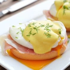 Easy Eggs Benedict Recipe - The Kitchen Magpie - Think you can't make an Eggs Benedict recipe at home? The easy blender Hollandaise alone can be e - Creamed Corn Recipes, Quiche Recipes, Bisquick Recipes, Bisquick Impossible Quiche Recipe, Keto Mashed Cauliflower, Best Thanksgiving Side Dishes, Thanksgiving Table, Thanksgiving Recipes, Easy Eggs Benedict