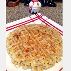 Essa receita rende 2 waffles ✨1 ovo ✨1 colher (sopa bem cheia) de queijo cottage ✨3 colheres (sopa) de farinha de tapioca ou a goma hidratada ️ ✨2 colheres (sopa) de leite – usei de amêndoas ️(pode ser água) ✨2 colheres (sopa) muçarela ralada ✨oregano a gosto Misture todos os ingredientes, aqueça a máquina de waffles (unte) coloque a massa e espere ficar pronto.