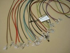 Cordones para gafas en ante de diferentes colores y con hojitas de metal colgando https://www.facebook.com/TOCADORDEMACA/photos/a.214349518710344.71052.200145553464074/631405620338063/?type=1