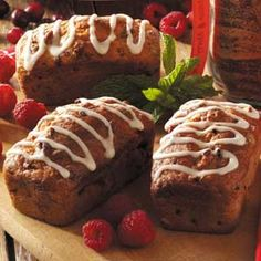 Raspberry-Pecan Mini Loaves Recipe -Dotted with raspberries and pecans, these moist loaves make lovely Christmas treats. The recipe yields six, so you'll have plenty to share. Mini Loaf Cakes, Mini Bread Loaves, Mini Loaf Pan, Loaf Recipes, Banana Bread Recipes, Baking Recipes, Pastry Recipes, Bread Cake, Dessert Bread